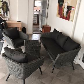 Super flot Lounges sæt med 1 sofa 2 stole og bord har kun været siddet i en enkel gang kort ellers har de stået i udestuen som fint sæt men ikke blevet brugt så det er jo faktisk nyt der er stadigmærke på sofaen og bordet se billed 6og 7 har købt stole sofa og bord  Enkel vis bord er et andet mærke men det er super flot som sæt  er lavet af alumInium og poly rattan super lækkert kom med bud mvh wisper54