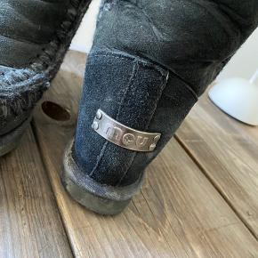 Mou vinterstøvler med kilehæl, str. 36.  De ser lidt nussede ud - trænger til en rengøring.  De er brugt, men som man kan se på sålen, har de mange år endnu.   Det er dem i mellemlængde, der går midt på læg.