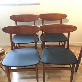 Stolene er af ældre dato af mærket Farstrup. De er købt brugt, men var nypolstret ved køb i januar. Stolene trænger til en gang lim i samlingerne. Har flot patina og god sidde-komfort.