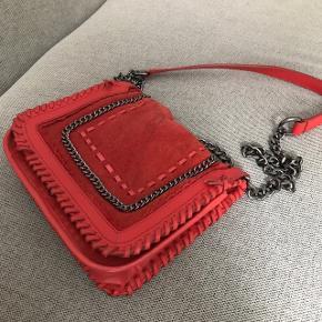 """Sælger denne taske i rød Har mindre brugstegn og enkelte løse tråde, men er i rigtig fin stand. (Se billeder) Prisen er fast - anvend derfor """"køb nu""""🛍 Først til mølle   Se mine andre annoncer og spar porto. Har en masse fra bl.a. Zara, Ganni, Munthe, H&M, vintage ting og meget mere🌸🛍"""