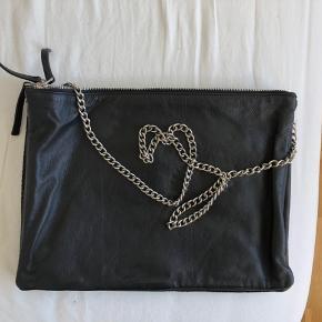 Smuk taske fra Selected Femme sælges. Brugt 2 gange og er uden brugsspor. 100% læder. Tasken har 3 store rum, og måler 34x25 cm. Fra røg- og dyrefrit hjem. Kom med et bud 😊