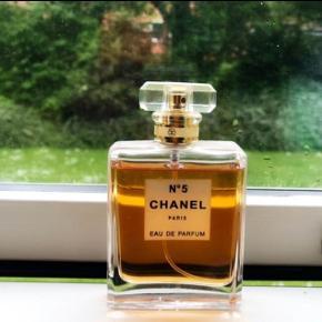 CHANEL N°5 EAU DE PARFUM SPRAY 100ml Prisen er inkl fragt. Er kun prøvet på 1 gang, men da jeg ikke bryder mig om duften sælges den.