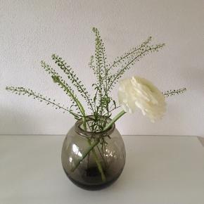 Smuk brun glasvase fra Homeart H: 15,5 cm Vasen er lidt skæv hvilket bare gør den helt unik💐 De 2 fyrfadsstager er købt i en blomsterbutik🕯 35 kr pr.stk eller begge 2 for 60 kr  ( bemærk der er en lille farveforskel på dem )