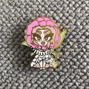 Kim Chi fra RuPauls Drag Race limited edition pin. Aldrig brugt, fremstår som ny.  Kan afhentes i Fredensborg, eller sendes mod betaling af porto.