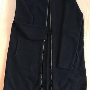Meget flot stand🤩 100 % fine merino uld. Længde 90 cm, målt fra øverst skulder.