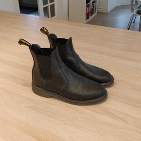 Laura Chelsea boots fra Dr. Martens. De er købt for små, så derfor er de mest blevet brugt til at smutte i netto med:) Np: 1500 kr.