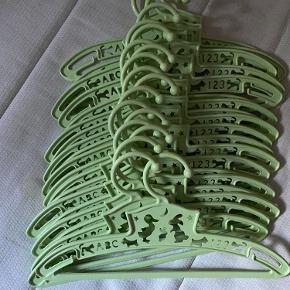Fabulous Gooses bøjler er nogen af de mest miljøvenlige på markedet. De er lavet i Sverige i en talkum-fyldt PP plastik, der ikke indeholder PVC. Farven er ikke giftig og er godkent til fødevarer. Desuden indeholder Fabulous Gooses bøjler heller ikke nogen allergener og de er biologisk nedbrydelige.  21 stk som sælges samlet