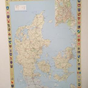 Et smukt klassisk Danmarkskort i stort format 70x100 cm., der passer til en normal plakatramme.  Rundt om kortet er vist våbenskjoldene fra Danmarks 98 kommuner i farver.