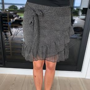 Sort/hvid prikket nederdel i str. m fra Neo Noir. Nypris 399kr.
