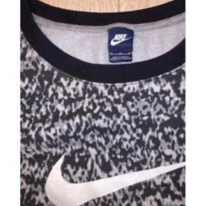 Nike sweat 🌟   - Grå/sort/hvidt mønster.  - Str. M, men lille i str. Passer en S.  - Brugt og nusset, men stadig cool.  - Nypris 399,-  Se også mine andre fine annoncer. Sælger billigt ud og giver gerne mængderabat 🌼