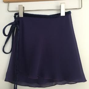 Meget flot specialdesignet mørkelilla balletskørt med mørke/lilla velourbånd fra Yumiko sælges. Str. Onesize. Jeg sender gerne ved betaling med MobilePay + porto GLS 35 kr..