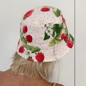 Helt ny, hjemmelavet bøllehat med jordbær. Kan vendes, så man også kan bruge den røde side.