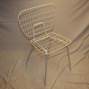 Sælger 2 String Dining fra menu. Prisen er for to stk. Ved køb af en stol er prisen 1050,- stykket.  Stolene er ubrugte og har altid stået tørt.  Stolene er perfekt til et lille hyggeligt hjørne i haven, på terrassen eller altanen. Yderligere kan stolen sagtens bruges indendørs - alt i alt en perfekt all round stol til en god pris.  Ny pris kr 1700,- pr. stk.  Ønsker du flere billeder, har du spørgsmål eller andet er du velkommen til at kontakte mig.