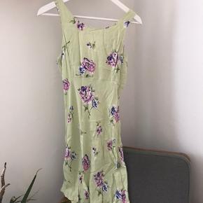 Fineste vintage kjole med flotte detaljer på ryggen.  Passer størrelse 36-38 💚