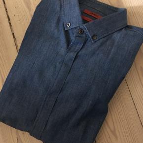 Hugo Boss skjorte - slim fit - str Small Denim skjorte - button down Nypris 1100,-