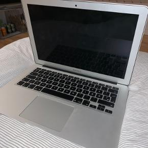 """MacBook Air 13"""", 2015, 256gb. Den har en skade i hjørnet da den et blevet tabt men virker stadig som normalt, derfor den er lidt billigere   Day computertaske og oplader medfølger  Kom med bud 🥰"""