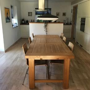 Massivt egetræs bord. Rigtig pæn stand. Mål: 180x90
