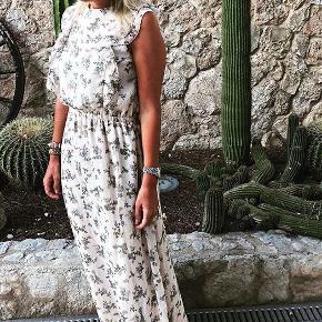 Den smukkeste maxikjole fra Sofie Schnoor. Stadig med prismærke 🌸  #30dayssellout