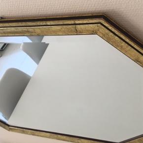 Flot antik spejl med mål: 77x57 og 3 cm dyb. Rigtig smukt. Lige klar til at hænge op.