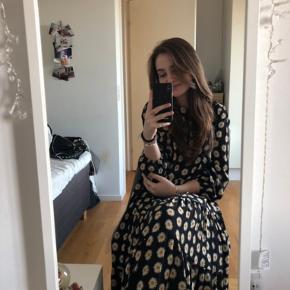 Sælger denne søde kjole fra Zara, da jeg ikke får den brugt🌸 Standen er så god som ny da den aldrig er blevet brugt💕 BYD endelig