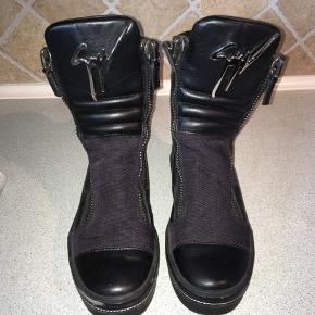 Giuseppe Zanotti Kurt Leather Sneaker Boots sælges.  Disse Giuseppes sælges da de, desværre, aldrig bliver brugt. Skoene er i super god stand og er maks brugt 4 gange.   Desværre har den højre støvle en rift på snuden, hvilket til gengæld også er den mest synlige defekt. Skoene er i størrelse 39 og købt fra hjemmesiden Luisaviaroma.