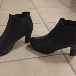 Varetype: Ankelstøvler Farve: Sort Oprindelig købspris: 1099 kr.