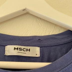 Sælger denne fin t-shirt, købt i en outlet, et lille mini hul i oppe i toppen. Ikke noget man ligger mærke til.  Sælges derfor billigt💙