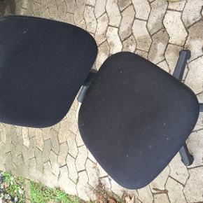 Sort IKEA skrivebordsstol på hjul i god stand. Kom med et bud. Vi skal af med den, da den optager plads. Hvidt skrivebord med skuffer kan evt. tilkøbes for kr 200.