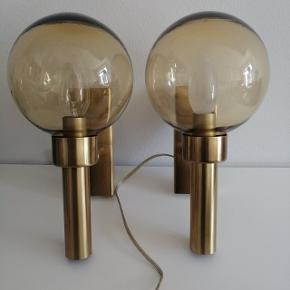 Messinglamper til vægophæng. De er ens men med forskellige pærer og ledninger. Skriv endelig for flere billeder, der er få ridser hist og her. 325 kr pr stk eller 600kr samlet
