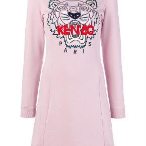 Varetype: TIGER JERSEY KJOLEStørrelse: S / XS Farve: Pastel Rosa Oprindelig købspris: 2399 kr. Prisen angivet er inklusiv forsendelse.  KENZO Tiger broderet kjole  Bedst kendt for deres modige motiver og streetwear-inspirerede figurer, skal du kigge på Kenzo for at holde din casual garderobe opdateret. Denne pastellrosa bomuldsblanding Tigerbroderet kjole fra Kenzo har en ribbet crew neck, lange ærmer, ribbet manchetter og et broderet designer logo på brystet.  Farve: 33 PASTEL ROSA  Sammensætning polyester 100% bomuld 95% spandex / elastan 5% Vaskinstruktioner: maskinvask   Designer Backstory Carol Lim og Humberto Leon har siden at tage tøjlerne i Paris modehus til at holde grundlæggeren Kenzo Takadas farverige, friluftslivet levende, mens de tilføjer deres eget unikke frimærke af bykant.