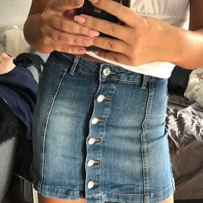 Elastik i, virkelig lækker nederdel. God stand