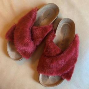 Fine slippers fra Sofie Schnoor med fake fur (imiteret pels).   De er kun brugt et par gange, og derfor i rigtig fin stand.