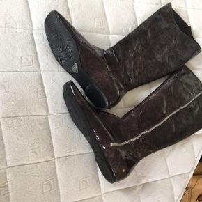 Superfede støvler i flot skindlak. Med lynlås og flad gummisål og super behagelige at have på. Brugt en gang i et par timer så helt som nye  Skal skrive pris men bud er velkomne