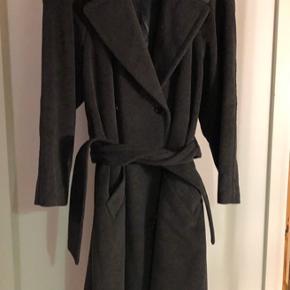 """Escada frakke. Fremstår som nærmest ny. Har """"morgenkåbe"""" look. I den blødeste kvalitet. Spørg for flere billeder."""