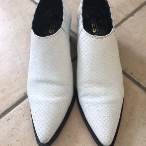 Lækker sko/støvlet brugt nogle gange . Men absolut i en fin stand .  Hælene skal snart skiftes .   Mp 500 incl via mobilpay nypris 1500 . Bytter ikke