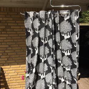 2 Stk IKEA Kajsamia Gardiner Sort / Hvid   MÅL PR STK : Længde : 250 cm Bredde :   145 cm Pris for begge to 😊