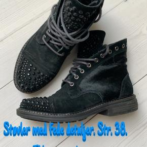 Meget lidt brugte støvler med fede detaljer sælges.