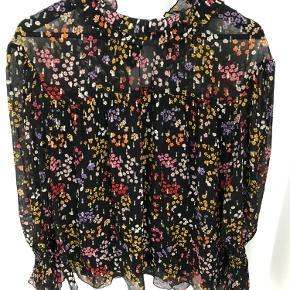 Smuk skjorte fra Cloé med fine detaljer. Købt i Trois Pommes i Hellerup.