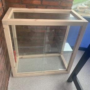 Sælger dette skab fra IKEA x Virgil Abloh fra den limited kollektion MARKERAD. Orginal kvittering haves stadig.   Skabet kommer samlet og skal derfor afhentes. Jeg hjælper gerne med at løfte fra anden sal og ned på gaden.   Giv et bud.
