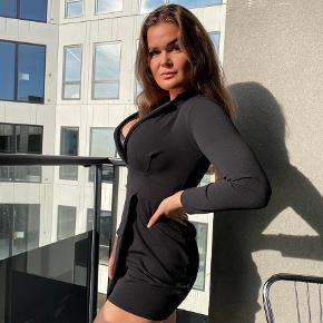 Sælger denne kjole, den er ret kort som ses på billederne:) er 1.75