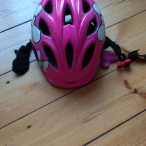 Fin lyserød cykelhjelm, str. 50-55 cm. Kun brugt få gange da farven pludselig ikke var in mere.....