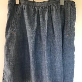 Fin nederdel i blødt jeans stof.  To lommer for. Elastik i livet.  Brugt et par gange.
