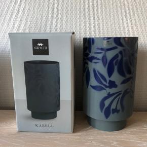 KÄHLER Kabell indigo vase på 19 cm - NY, kun taget ud for foto.  SÆLGES TIL 200+ via mobilepay. Ønskes TS afholder køber gebyr. Afhentes i 8654 Bryrup eller sendes mod betaling. Til salg flere steder.