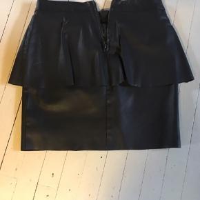 Skøn nederdel i læderlook, desværre for lille til mig. Køber betaler Porto