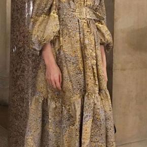 Smuk leopard print på denne smukke kjole  Brugt to gange så fremstår som ny😊