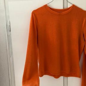 Flot bluse i en intens brændt orange farve.  Str. L men fitter Small.