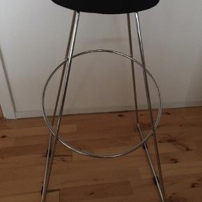 2 stk. barstole med sort sæde. Har kun været brugt til udstilling. Prisen er for begge.