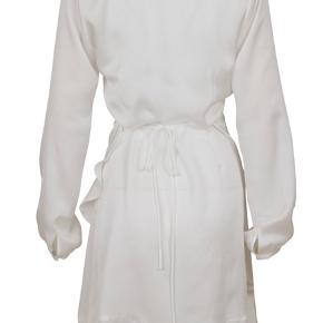 Super flot Neo noir kjole. Kan blandt andet bruges til en konfirmation. Helt ny, har stadig mærket på. DM for flere billeder☺️
