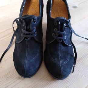 Skønne sko med snørrer og kilehæl. Super at have på.