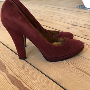 Super flotte heels fra Miu Miu. Brugte lidt men god passet på.  Farven er brick red. Lavet af ægte læder i ruskind.  Str 39,5/ true to size.  Forsålet.  Hæl: 12 cm Platform 1,5 cm.  Byttes ikke.
